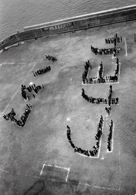 """Os nenos do colexio formando as palabras """"Sayonara Hashima"""" en 1974."""