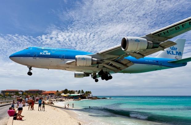 Avión aproximándose ao aeroporto Princesa Juliana, razón principal da fama da illa de San Martín. Vídeo.