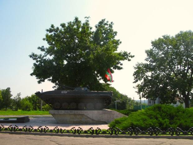 Tanque soviético engalanado coa bandeira transnistria e colocado a modo de monumento.