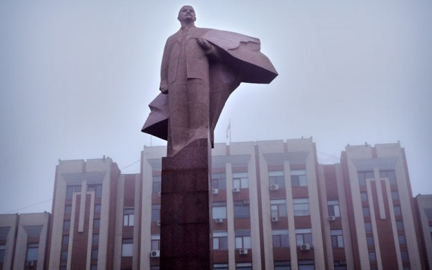 Estatua de Lenin enfrente do Soviet Supremo (Parlamento) de Transnistria.