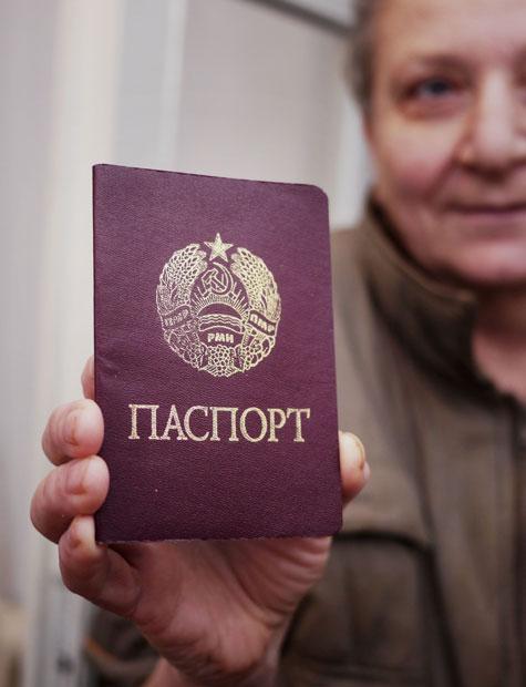 Cidadá da Transnistria ensinando o seu pasaporte.