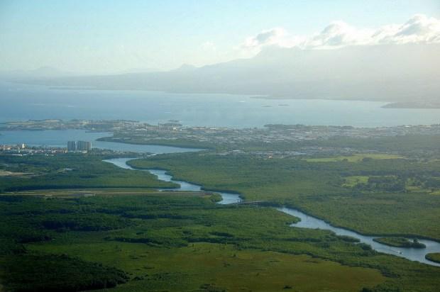 A Riviere-Salee separando as dúas illas principais de Guadalupe.